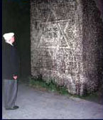 Salo in front of the memorial for the destroyed synagogue in Munich 1994.